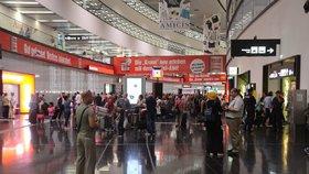 Krkavčí matka vyhodila miminko do koše na letišti ve Vídni, dítě pak zemřelo
