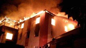 Požár v Karáčí – 75 zraněných a nejméně 11 mrtvých