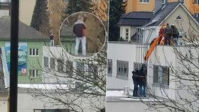 Drama v Zábřehu: Muž házel po lidech ze střechy kameny, policie ho zpacifikovala
