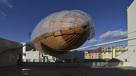 Obří vzducholoď »zakotvila« na střeše Doxu. Uvnitř najdete galerii
