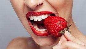 Bělení zubů podomácku: Co skutečně funguje a čím si zničíte chrup?