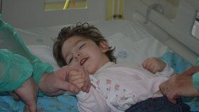 Těžce postižená Eliška (3) nikdy nepromluví! Maminka musí prodat auto, aby měla na léky a kočárek