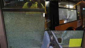 Po autobuse ve Zlíně někdo hodil velký kámen: Rozbil okno vozu!