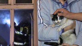 Požár v Dejvicích: Hasiči z hořícího bytu zachránili muže a kotě