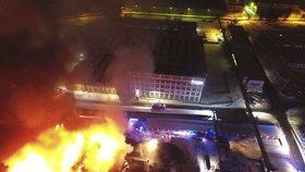 Obří požár v Kopřivnici: Hoří průmyslové haly. Škody půjdou do desítek milionů