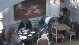 VIDEO: Drzí zloději ukradli muži v kavárně z tašky několik tisíc. Neznáte je?