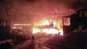Zoufalý útěk z hořícího klubu: Lidé skákali do ledové vody, lámali si kosti