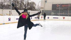 Eva Perkausová skončila u ledu! Nemá ji kdo zahřát, tak bruslí