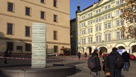 Na Malostranském náměstí taje obrovský kvádr ledu. Bojuje proti tradičním sochám