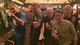 Aragorn, Legolas, Smíšek, Frodo a Pipin: Přijdou takhle tři hobiti, elf a člověk do baru...