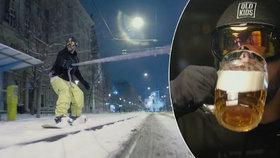 Reklama na pivovar kopíruje slavného youtubera: Snowboarďák v Brně jede do hospody
