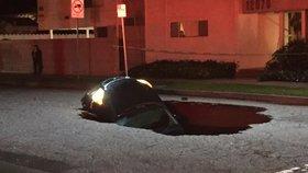"""Auta """"spolkla"""" obří díra v silnici. Vyděšená řidička: """"Bála jsem se, že umřu."""""""