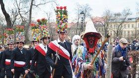 Masky, koblihy i jitrnice: Prahou prošly masopustní průvody