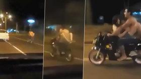 Pár se oddával sexu za jízdy na motorce: Předjíždějící řidič je natočil