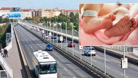 Nezletilá porodila v autobuse na Letné před Spartou: Měla namířeno do Londýna