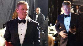 Přistižen při činu! Moment, ve kterém notář popletl obálku na Oscarech. Tweetoval a nedával pozor