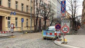 Rozkopané ulice na Vinohradech komplikují dopravu: Kde teď zaparkujete?