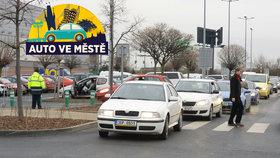 Nástrahy parkovišť u obchodů: Není to jen o přednosti zprava. Na co musíte dát pozor?