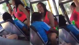 Sex v autobusu s pivem v ruce: Nemravný pár si to pod parou rozdal za jízdy