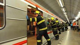 VIDEO: Žena spadla do kolejiště ve stanici I. P. Pavlova: Utrpěla vážné zranění hlavy