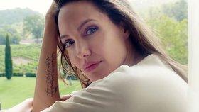 Angelina Jolie tváří parfému. Podívejte se, jak jí to zase sluší!