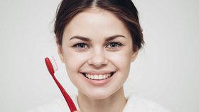 Redaktorky vyzkoušely různé techniky bělení zubů doma: Která nejvíce funguje?