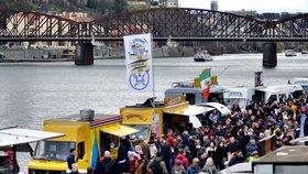 Tisíce lidí přišly za jídlem na náplavku. Do Prahy se vrátil Food truck festival