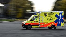 Další útok na zdravotníky: Opilec v sanitce napadl a zranil záchranářku, která mu pomáhala