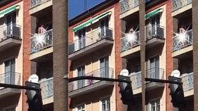 Na balkoně zezadu, naberu tě na kládu: Pár si to rozdal na sluníčku před čumily