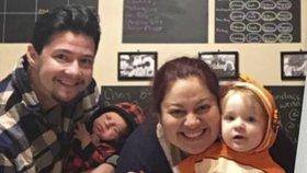 Vousatý těhotný muž porodil děťátko. Jeho žena přivedla na svět druhé miminko