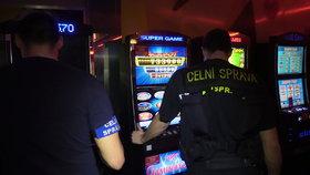 Razie v Dejvicích: Celníci odhalili nelegální hernu, vydávala se za dobročinný spolek
