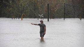 Australané přečkali cyklon Debbie. Po lijácích se ale děsí záplav