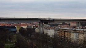 Pod Nuselským mostem přes víkend neprojedete: Kvůli opravě tu uzavřou silnici