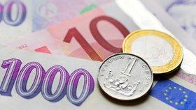 Koruna proti euru výrazně oslabila. Trh je nervózní z kroků ČNB