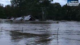 Povodňové drama: Rodinu zachránili ze střechy, dům po chvíli strhl proud