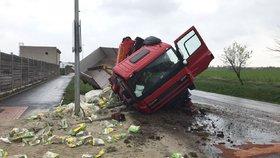 Náklaďák se otočil na bok a vytekla z něj nafta. Řidič si zranil hlavu