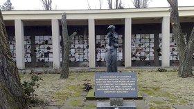 Pohřebiště hrdinů ve Strašnicích čekají změny: Opraví sochu a vysadí nové stromy