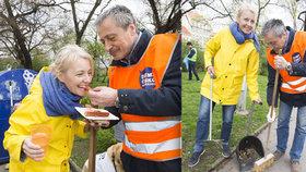 Žilková se Stropnickým zametali silnice: Našli peníze i zubní protézu!