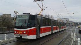 Mezi Těšnovem a Vltavskou nepojedou tramvaje. Odborníci zkontrolují stav Hlávkova mostu