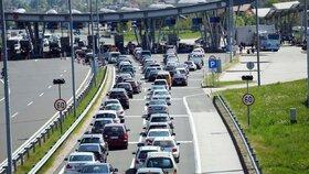 Na hranicích Chorvatska se vytvořily obří kolony. Kvůli boji s teroristy
