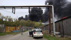 V Dubí u Kladna hoří skládka pneumatik: Na místě zasahují hasiči