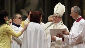 Hlava katolické církve pokřtila první Češku v novodobé historii: Atmosféra byla mysteriózní, říká Taťána (49)