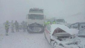 Sněhová bouře způsobila hromadnou nehodu na D1: U Popradu se srazilo na 40 aut!