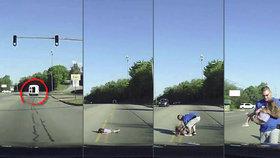 Dívka (4) vypadla za jízdy z dodávky: V bezvědomí zůstala ležet na dálnici