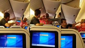 Další incident na palubě letadla: Dva pasažéři se porvali ještě před startem!