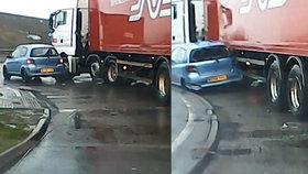 Video z děsivé nehody: Náklaďák sejme auto přímo na křižovatce a vláčí ho s sebou