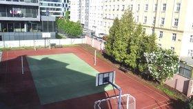 Školní hřiště v Holešovicích otevřeli veřejnosti: Praha 7 ho vybaví sportovním náčiním
