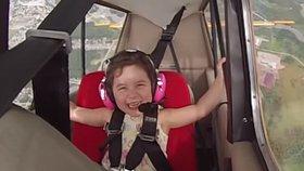 Holčička dostala záchvat smíchu během akrobatického letu