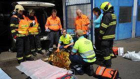 Na muže ze zvedáku při opravě spadl automobil: Vyprostit ho museli hasiči
