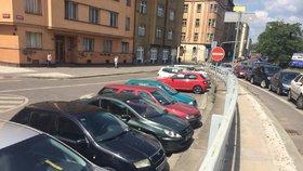 V Holešovicích a na Letné vznikne až 200 nových parkovacích míst: Praha 7 plánuje i rozšíření zón s »třicítkou«